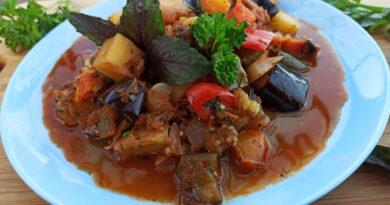 Овощное рагу с мясом, картошкой и капустой